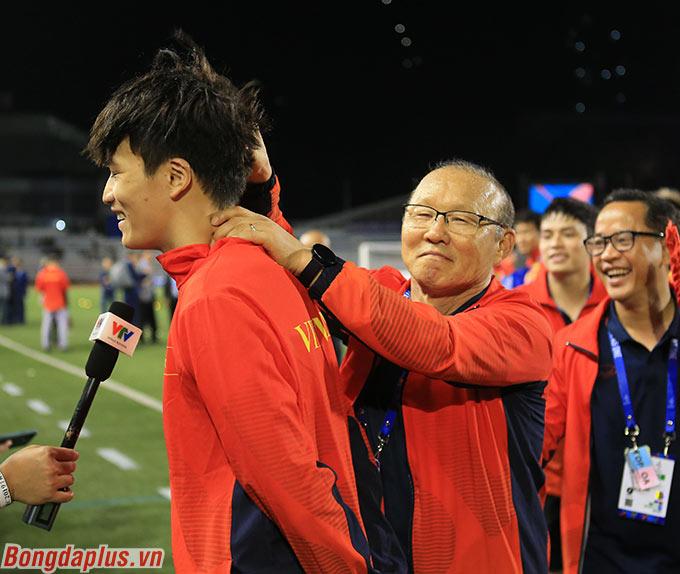 Ông Park trêu đùa Hoàng Đức lúc trả lời phỏng vấn.