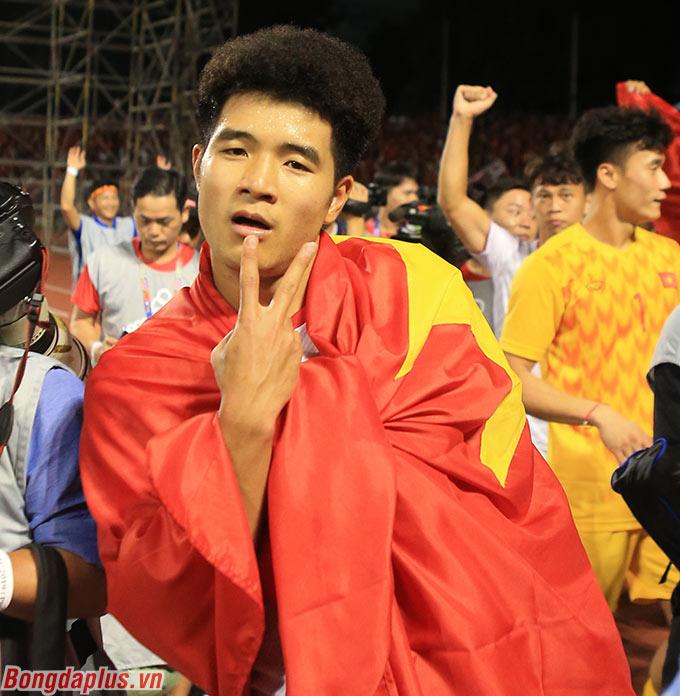"""Hà Đức Chinh """"lầy lội"""" khi ăn mừng tấm huy chương vàng."""