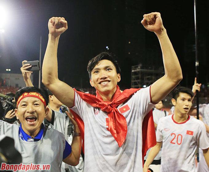 Văn Hậu hạnh phúc với 2 bàn thắng trong trận chung kết SEA Games - Ảnh: Đức Cường