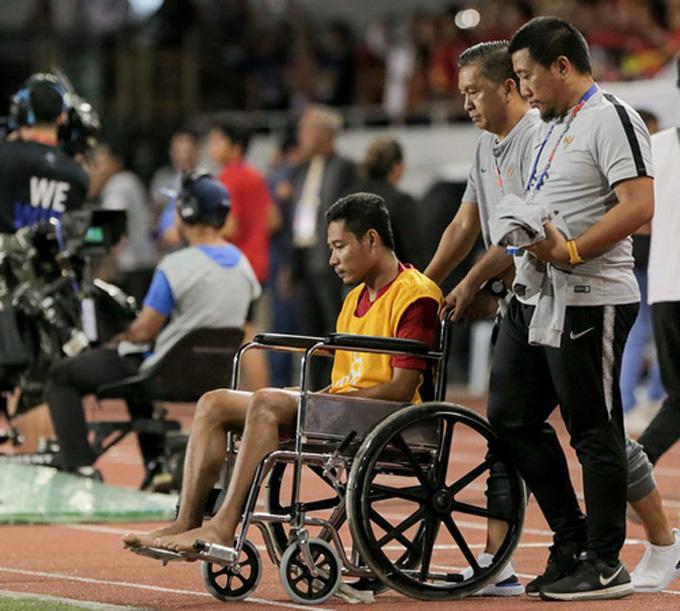 Hình ảnh Dimas phải ngồi xe lăn trông rất đáng thương