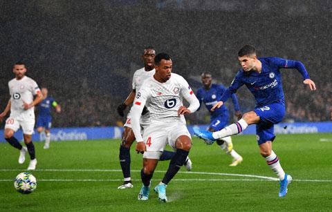 Chelsea (bìa phải) dẫn trước Lille 2 bàn từ sớm nhưng bị gỡ ở những phút cuối rồi bị dồn ép liên tục
