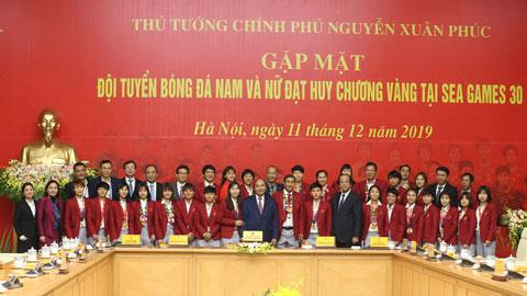 Thủ tướng Chính phủ Nguyễn Xuân Phúc gặp mặt 2 đội tuyển bóng đá Việt Nam