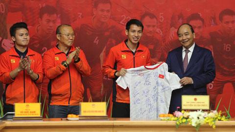ĐT U22 Việt Nam tặng quà tri ân Thủ tướng Nguyễn Xuân Phúc. Ảnh: PHAN TÙNG