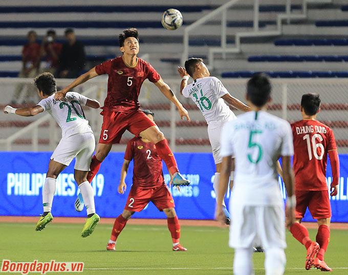 Tại SEA Games 2019, rất nhiều tình huống tranh chấp bóng bổng, Văn Hậu đều cho thấy mình nhảy cao hơn đối phương hẳn 1 cái đầu.
