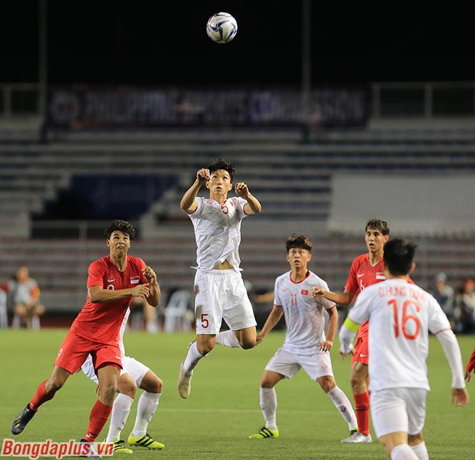 Các cầu thủ đối phương luôn tỏ ra ngán ngẩm khi phải tranh bóng bổng với Văn Hậu.