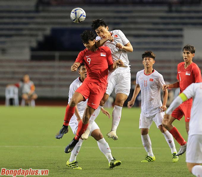 Bức ảnh này cho thấy rõ khả năng bật nhảy của Văn Hậu tốt hơn cầu thủ Singapore như thế nào.