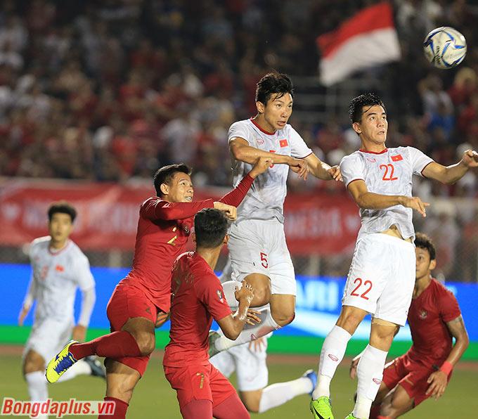 Đây là tình huống U22 Việt Nam mở tỷ số trong trận chung kết với U22 Indonesia. Văn Hậu đã chủ động bật nhảy để đón đường chuyền từ cánh trái, trong khi trung vệ U22 Indonesia bị động.