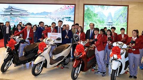 Honda Việt Nam tặng thưởng các thành viên của ĐTQG nữ Việt Nam và ĐT U22 Việt Nam chúc mừng cho chiến thắng tại SEA Games 30