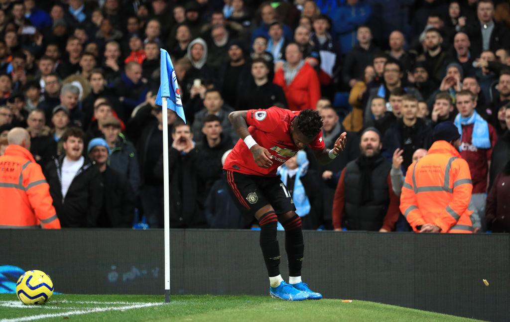 Fred bị ném vật thể lạ trong trận derby Manchester