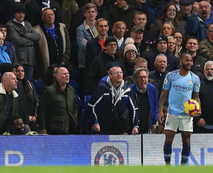 Sterling bị CĐV của Chelsea thóa mạ