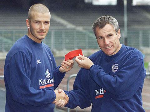 Peter Taylor trao băng đội trưởng cho Beckham
