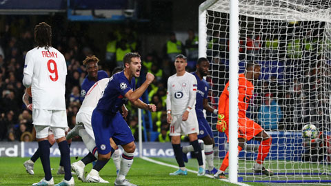 Chelsea (áo sẫm) là một trong bốn đội bóng của Anh lọt vào vòng 1/8