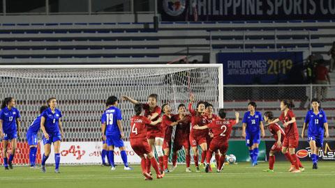 Pha ăn mừng đầy cảm xúc của các nữ tuyển thủ Việt Nam sau khi đánh bại Thái Lan ở chung kết  Ảnh: ĐỨC CƯỜNG