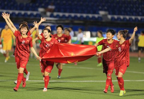 Các nữ cầu thủ ăn mừng chức vô địch