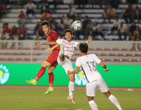 Tình huống bật cao đánh đầu mở tỷ số trước Campuchia của Tiến Linh trong trận bán kết SEA Games Ảnh: Đức Cường