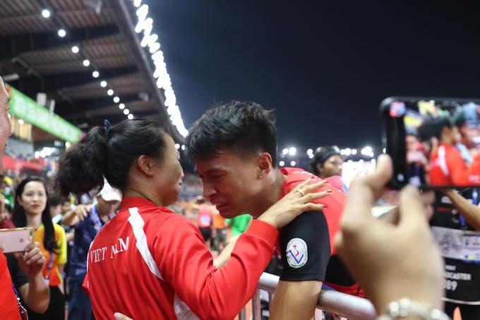 Niềm vui của thầy trò tuyển thủ Trần Nhật Hoàng khi giành HCV 400m nam. Ảnh: Tuấn Thành