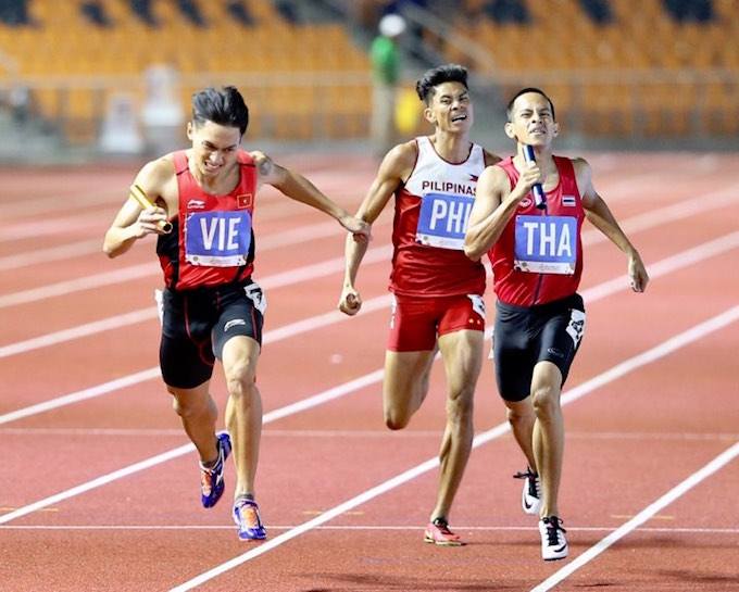 Nhật Hoàng về đích giành HCV nội dung tiếp sức 4x400m nam. ảnh: Lê Giang