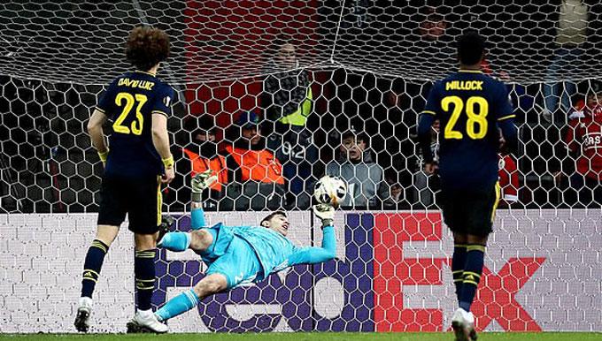 Hàng thủ Arsenal liên tục mắc sai lầm dẫn đến 2 bàn thua