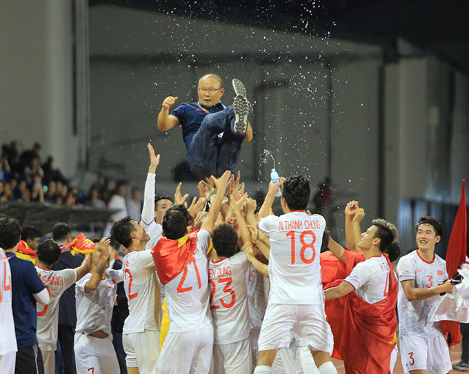 HLV Park Hang Seo muốn bảo vệ vị thế số 1 Đông Nam Á cùng Việt Nam - Ảnh: Đức Cường