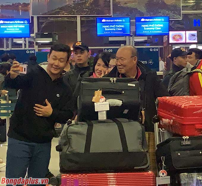 Ông chụp ảnh với những người đồng hương Hàn Quốc. Theo lịch trình, U23 Việt Nam sẽ bay sang Busan (Hàn Quốc) vào lúc 0h10 ngày 14/12 trước khi di chuyển sang Tonggyong.