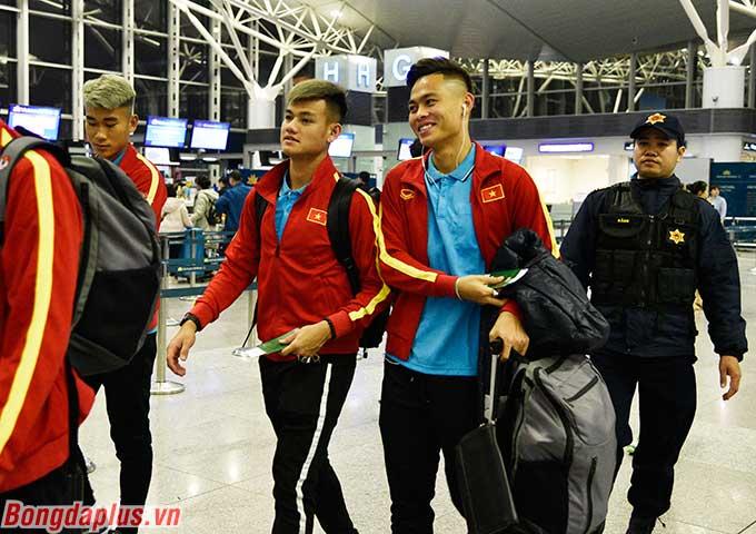 Vào lúc 22h00 ngày 13/12, đội tuyển U23 Việt Nam có mặt ở sảnh quốc tế sân bay Nội Bài để chuẩn bị lên đường sang Hàn Quốc tập huấn từ ngày 14-22/12.