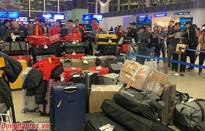 Hành lý của đội U23 Việt Nam sang Hàn Quốc ngồn ngộn với số lượng rất lớn.