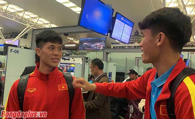 Đình Trọng trêu đùa đồng đội Tấn Sinh ở sân bay.