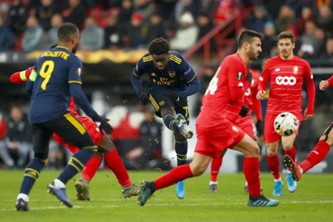 Saka giải cứu Arsenal thoát thua