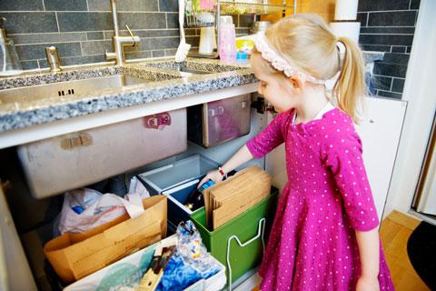Một bé gái Thụy Điển đang phân loại rác thải ngay tại nhà.