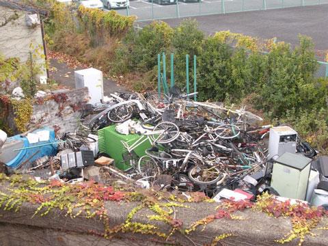 Rác ngoại cỡ sẽ không được thu gom tại Nhật. Nếu muốn vứt đi, bạn phải gọi công ty xử lý rác và phải tốn phí.