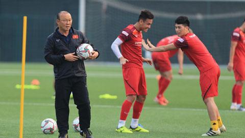 HLV Park Hang Seo đang hướng dẫn cầu thủ tập luyện - Ảnh: Đức Cường