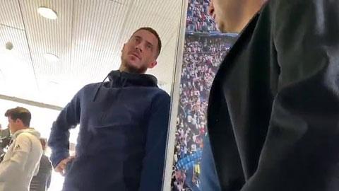 Hazard trò chuyện với một fan của Chelsea
