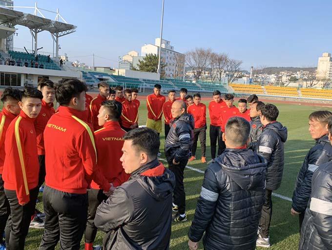 Các cầu thủ U23 Việt Nam hào hứng tập luyện trong thời tiết lạnh ở Hàn Quốc - Ảnh: VFF