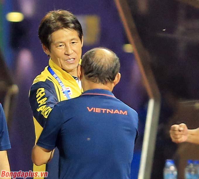 HLV Park Hang Seo và Akira Nishino bất phân thắng bại trong 3 lần đấu trí - Ảnh: Đức Cường