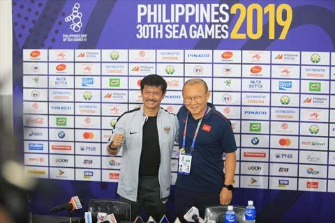 HLV Indra Sjafri (trái) không giữ được chiếc ghế của mình ngay sau chiến tích vào chung kết SEA Games 30