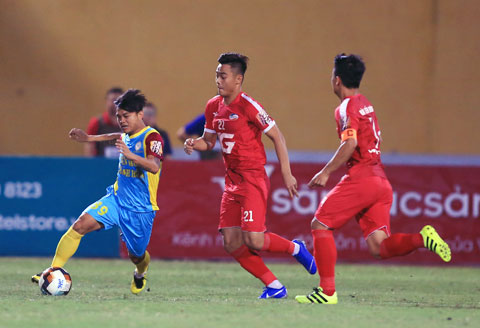 Hữu Khôi (bìa trái) tấn công dũng mãnh trong trận Sanna.KH gặp Viettel tại V.League 2019