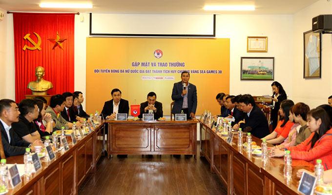 HLV Mai Đức Chung chia sẻ trong buổi gặp mặt, trao thưởng ĐT nữ Việt Nam sau SEA Games 30 - Ảnh: VFF