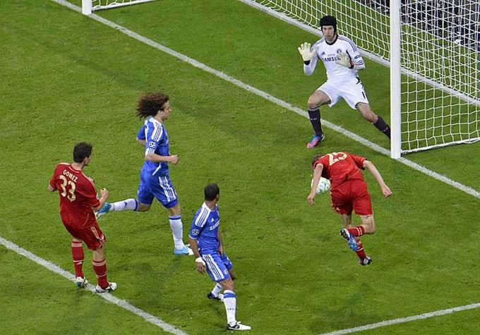 Mueller đánh đầu mở tỷ số cho Bayern ở phút 83