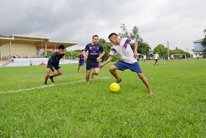 Các đội bóng đá thi đấu vòng tròn một lượt tính điểm