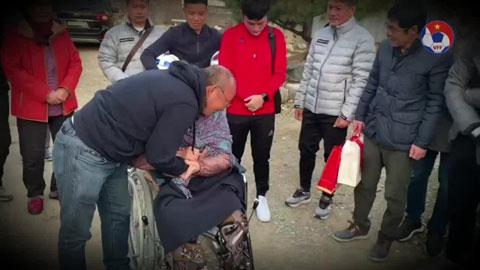 HLV Park Hang Seo bật khóc khi về nhà thăm mẹ