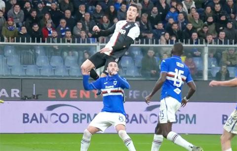 Ronaldo trong pha bật nhảy đánh đầu ghi bàn trước Sampdoria