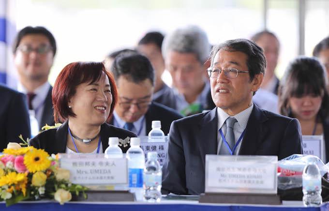 Đại sứ Kunio Umeda (Nhật Bản) và phu nhân rất quan tâm đến bóng đá Việt Nam - Ảnh: Quốc An