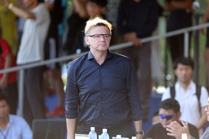 HLV Philippe Troussier theo dõi giải đấu - Ảnh: Quốc An