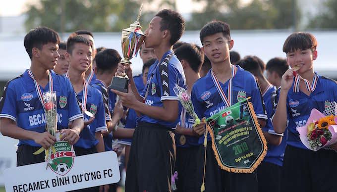 Niềm vui của các cầu thủ U13 B.Bình Dương khi lên ngôi vô địch - Ảnh: Quốc An