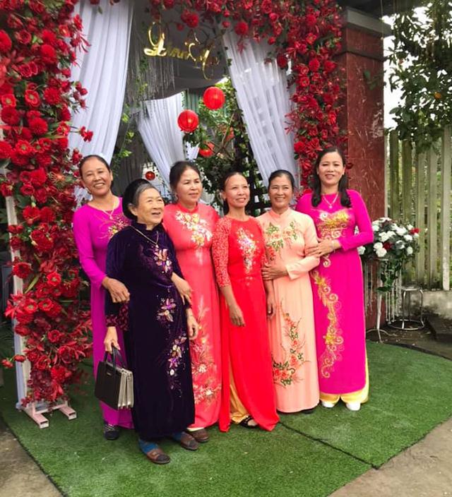 Mẹ Phan Văn Đức - chị Vũ Thị Hiền (bên phải, ngoài cùng) cùng gia đình 2 bên mặc trang phục áo dài truyền thống