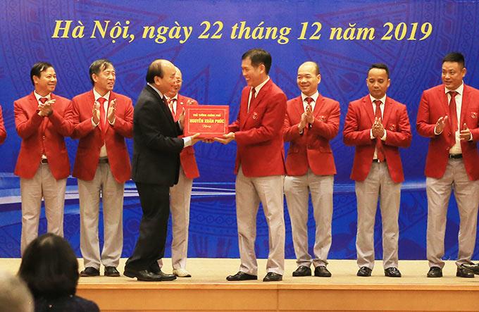 Thủ tướng Nguyễn Xuân Phúc thay mặt Chính phủ tặng quà lưu niệm cho Đoàn Thể thao Việt Nam