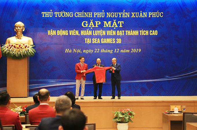 Lãnh đạo Tổng cục TDTT đại diện Đoàn TTVN tặng món quà lưu niệm cho Thủ tướng Chính phủ