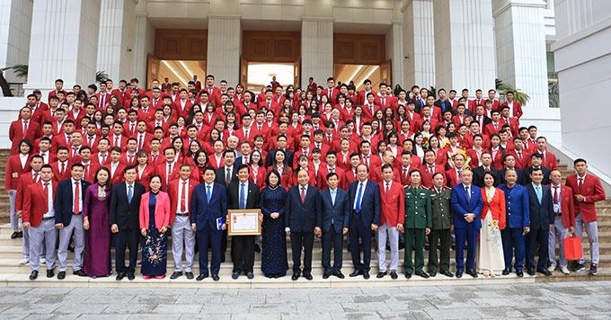 Thủ tướng Nguyễn Xuân Phúc chụp ảnh lưu niệm với các VĐV, HLV tiêu biểu của Đoàn TTVN