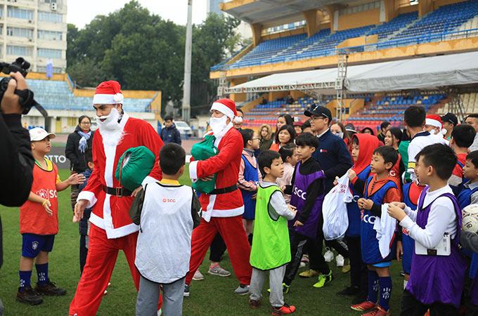 Sáng ngày 22/12, 6 cầu thủ của CLB Hà Nội là Thành Lương, Văn Quyết, Duy Mạnh, Đức Huy, Mạch Ngọc Hà và thủ thành Phí Minh Long đã có mặt tại sân SVĐ Hàng Đẫy để phát quà, ký tặng cho các em nhỏ nhân dịp lễ Giáng Sinh đang cận kề