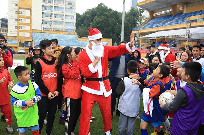 Trong trang phục của các ông già Noel, những ngôi sao bóng đá thủ đô như Thành Lương, Văn Quyết, Đức Huy, Duy Mạnh,… đã giành gần một tiếng đồng hồ để gặp gỡ, giao lưu, tặng quà cho các em nhỏ